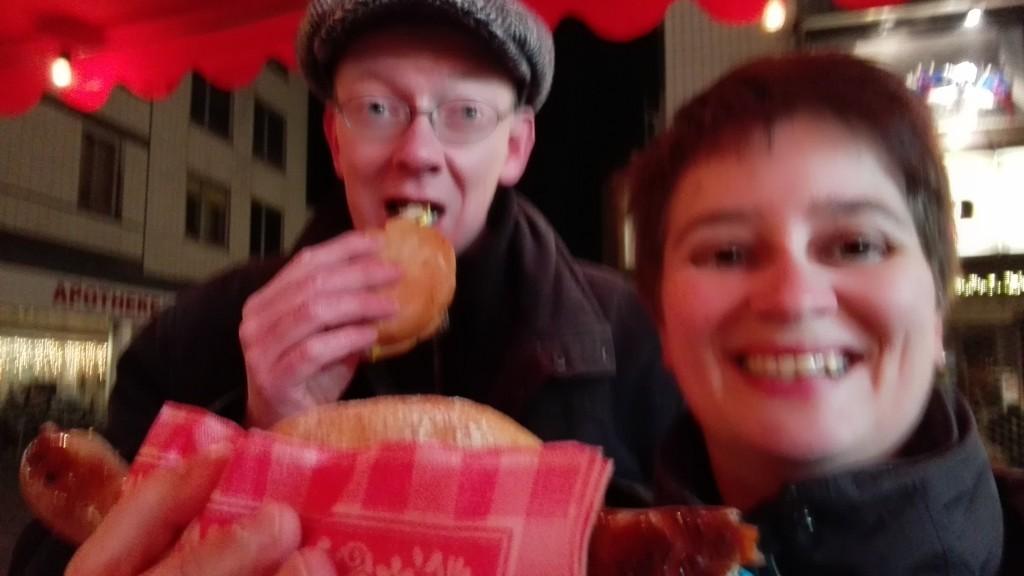 Braadworst eten op de kerstmarkt in Kassel